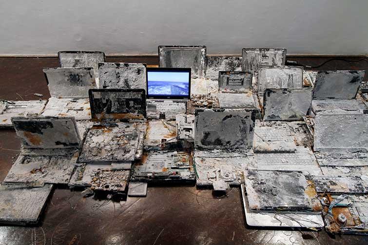 3.-Seriously-salty.-Nowe-materializacje_Laptopy_z-cyklu-Destruction-is-Creation+video_Szum-uderzenia